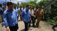Deputi Rehabilitasi dan Rekonstruksi BNPB RI Rifai didampingi Wagub Sumbar Nasrul Abit, Sekda Sumbar Alwis, Kadis PU Fathol Bari dan beberapa pejabat lainnya saat meninjau jembatan