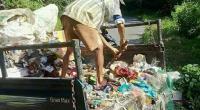 Seorang warga saat membuang sampah kedalam jurang disekitar lokasi objek wisata lobang jepang talu, Kecamatan Talamau