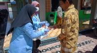 Kegiatan Mahasiswa UNRI saat bagi-bagi masker kepada warga di Nagari Koto VIII Pelangai-Pessel