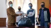 Abrar saat serahkan masker kepada Walikota Pariaman
