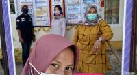 Anggota PPS menempelkan DPT di Kantor Wali Nagari Andaleh Baruh Bukit, Kecamatan Sungayang