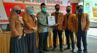 Ketua KPU Tanah Datar Fahrul Rozi menyerahan BA penetapan kepada Wakil Bupati Terpilih Richi Aprian