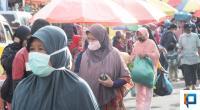 Pengunjung Pasar Memakai Masker