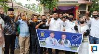 Calon Bupati dan Wakil Bupati Pasaman Barat, Erick Hariyona - Syawal melakukan salam metal bersama para kader parpol pengusung dan simpatisan