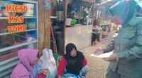 Personel Satpol PP Padang mensosialisasikan protokoler Covid-19 kepada Pedagang di Pasar Lubuk Buaya.