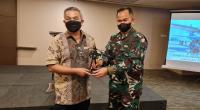 Akua Dwipayana menerima cindramata dari Danlanud Sutan Sjahrir Padang Kolonel Pnb Muhammad Riza Yudha Fahlefie.