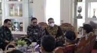 Wawako Solok dan rombongan menerima tim penilai kelurahan di Balaikota Solok
