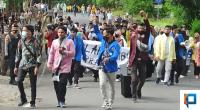 Mahasiswa saat unjuk rasa disekitar halaman kantor DPRD Pasaman Barat