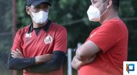 Pelatih Kepala Weliansyah (Kiri) bersama Manajer Semen Padang FC Effendi Syahputra (kanan)