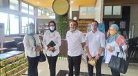 Kepala DPMPTSP Kota Padang, Corri Saidan (dua dari kiri) saat berkunjung ke MPP Payakumbuh.