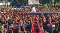 Kerumunan massa yang menyambut Presiden Joko Widodo di Maumere Kabupaten Sikka, Nusa Tenggara Timur (NTT)