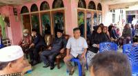 Suasana dirumah duka Ketua BAMUS Kecamatan Bonjol, terlihat Bupati Dharmasraya Sutan Riska Tuanku Kerajaan dan Ketua DPRD Dharmasraya Paryanto.