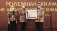 Wali Kota Solok, H. Zul Elfian Umar menerima penghargaan dari BKN