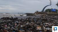Tumpukan sampah di Pantai Padang pada akhir tahun 2019