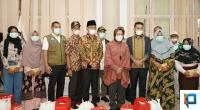 Mensos RI Tri Rismaharini didampingi Bupati Solok Selatan Khairunas, wakil Bupati Yulian Efi, Ketua DPRD Zigo Rolanda sesaat sebelum menyerahkan bantuan