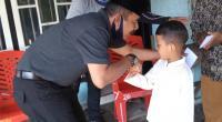 Calon Wakil Bupati Pasaman Barat Syafrial saat menyalami anak yatim di Kenagarian Katiagan