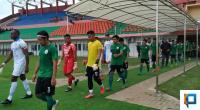 Pemain PSS Sleman dan Persib Bandung saat akan memasuki Stadion Sultan Agung, Bantul