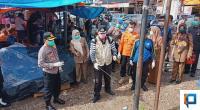 Bupati Irfendi Arbi dan Kapolres 50 Kota AKB Sri Wibowo saat melakukan penyemprotan di daerah Sarilamak.
