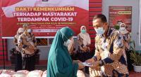 Penyerahan bantuan sosial dari Lapas Kelas IIB Payakumbuh kepada warga sekitar terdampak COVID-19.