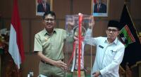 Gubernur Sumbar bersama Kepala Biro Bina Mental dan kesra Setdaprov Sumbar, Syaifullah memperlihatkan Piala Presiden RI Juara Umum MTQ ke-XXVIII Nasional Tahun 2020.