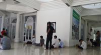 Warga salat di Masjid Nurul Amin Pagaruyung