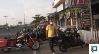 Seorang pria menggunakan masker di Padang