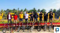 Minions Rider yang tergabung dalam Komunitas Sepeda Minions Payakumbuh saat berfoto di Kawasan Sungai Batang Agam