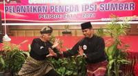 Taufik (kanan) saat tampil bersama tuo Silek dari Malaysia ketika pelantikan pengurus IPSI Sumbar