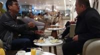 Gubernur Sumbar Irwan Prayitno saat bersantai dengan Wagub Sumbar Nasrul Abit