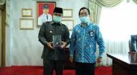 Pjs. Bupati Tanah Datar Erman Rahman (kiri) menerima Plakat WTP Lima Tahun Berturut-turut yang diserahkan Kepala KPPN Bukittinggi Henry Rulinson Purba mewakili Menteri Keuangan RI.