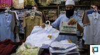 Andrianto Memperlihatkan Pakaian Seragam Sekolah yang Dijualnya