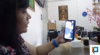 Irene sedang menghubungi anaknya menggunakan video call