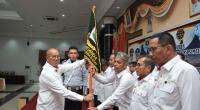 Ketua DPD Organda Sumbar, Sengaja Budi Syukur menyerahkan pataka usai melantik pengurus DPC Organda se- Sumbar, Selasa (25/2)