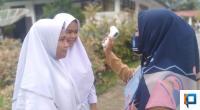Siswa SMK I Talamau saat dilakukan pengecekan suhu tubuh sebelum masuk kepekarangan sekolah