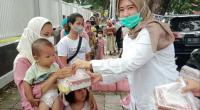Pengurus PIRA Sumbar menyerahkan nasi kotak dan takjil kepada warga Kota Padang yang berbuka di jalan raya, Kamis (6/5/2021) sore.