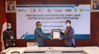 Direktur Perencanaan Korporat PLN, Muhammad Ikbal Nur menerima sertifikat Sistem Manajemen Anti Penyuapan (SMAP) SNI ISO 37001:2016 dari lembaga sertifikasi TUV Nord Indonesia.