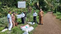 PLN  Unit Induk Wilayah (UIW) Sumatera Barat menyerahkan bantuan bibit tanaman produktif dan pupuk untuk pelestarian lingkungan kepada warga Lubuk Tempurung Desa Guo, Kuranji Padang pada Selasa (29/09)