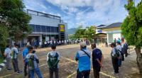 Petugas operasi penertiban pembayaran listrik PLN Sumbar tengah menerima pengarahan dari GM PLN UIW Sumbar Bambang Dwiyanto