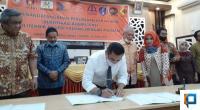 Direktur Politeknik Negeri Padang Surfa Yondri menekan MoU tentang sertifikat kompetensi dengan delapan asosiasi.