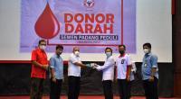 Kepala Departemen Komunikasi  dan Hukum Perusahaan PT Semen Padang Oktoweri (tiga dari kiri) menyerahkan kantong darah yang terkumpul kepada  Kepala Unit Transfusi Darah PMI Padang dr. Widyarman.