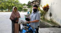 Ramah Hayatul, anak asuh UPZ Semen Padang menerima bantuan sembako dari UPZ Baznas Semen Padang.