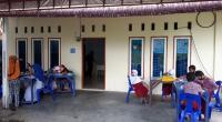 Sejumlah siswa SD di Koto Lalang belajar daring di Kampung Cyber Koto Lalang