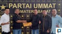 Lili Syukri saat menerima SK Kepengurusan DPD Partai Ummat dari Ketua DPW Partai Ummat Sumbar Taslim Chaniago