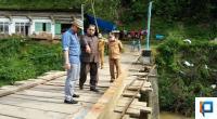 Anggota DPRD 50 Kota Khairul Apit didampingi Ketua DPRD Deni Asra dan Wakil Bupati Ferizal Ridwan saat meninjau Jembatan Rusak.