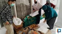 Penguru IMAMIPAS Yogyakarta saat menyalurkan 40 paket sembako.