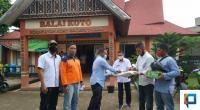 Alfian, ASN Lima Puluh Kota saat menyerahkan puluhan Hazmat dan makanan di Kantor Wali Nagari Taram