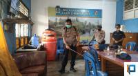 Kompol Russirwan dari Polres Payakumbuh lakukan penyemprotan di Balai Wartawan Luak Limo Puluah