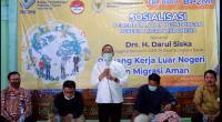 Anggota Komisi IX DPR RI Drs. H. Darul Siska, saat menghadiri kegiatan sosialisasi Penempatan dan Pelindungan Pekerja Migran Indonesia yang dilaksanakan oleh Badan Pelindungan Pekerja Migran Indonesia (BP2MI) pada 22 November 2020 di Aula Kantor Kecamatan X Koto, Kabupaten Tanah Datar.