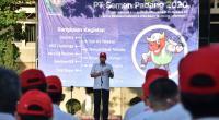 Direktur Utama PT Semen Padang Yosviandri, membacakan amanat upacara penutupan Bulan K3 Nasional dan Bulan Mutu tahun 2020.