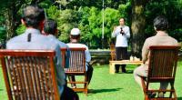 Presiden Jokowi berbincang dengan para pelaku usaha